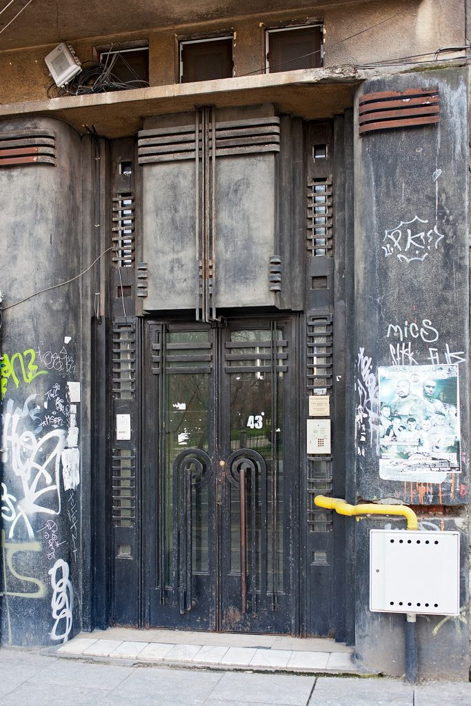 Dekorative Artdeco Metall-Eingangstür, rechts und links Tags an der Wand