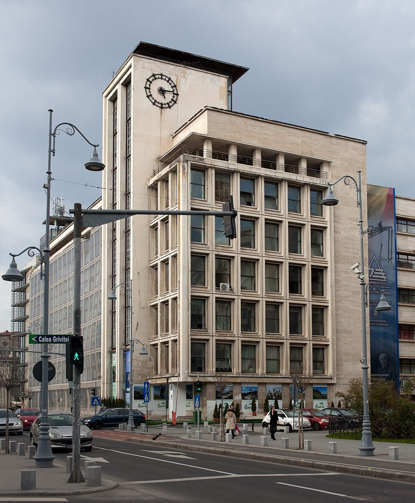 Bürohaus der Moderne mit Uhr am Turm