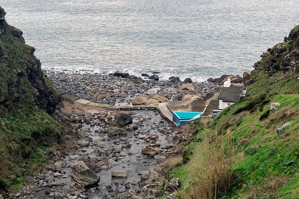 Fast jede Ortschaft der größten Azoreninsel bietet ein Schwimmbad am oder im Meer - vom traditionellen Schwimmbecken bis zu den im Meer gelegenen Badeplattformen mit Umkleidekabinen., São Miguel: Öffentliche Badeanstalt