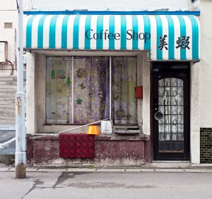 Fassade eines verlassenen Coffeeshops