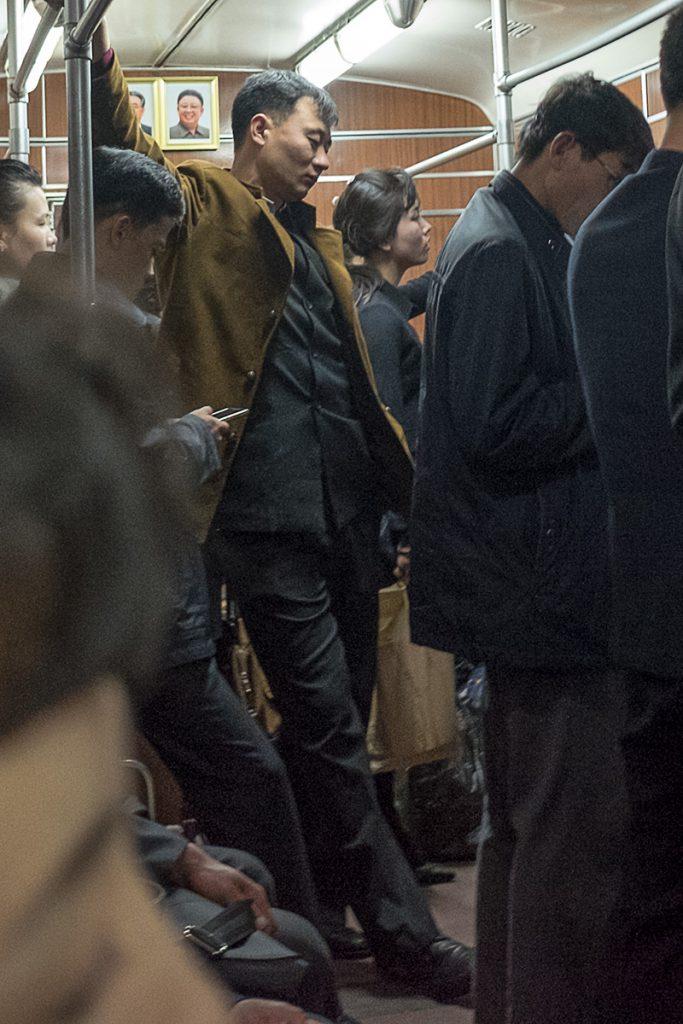 Fahrgäste stehen in einem Metro-Zug.