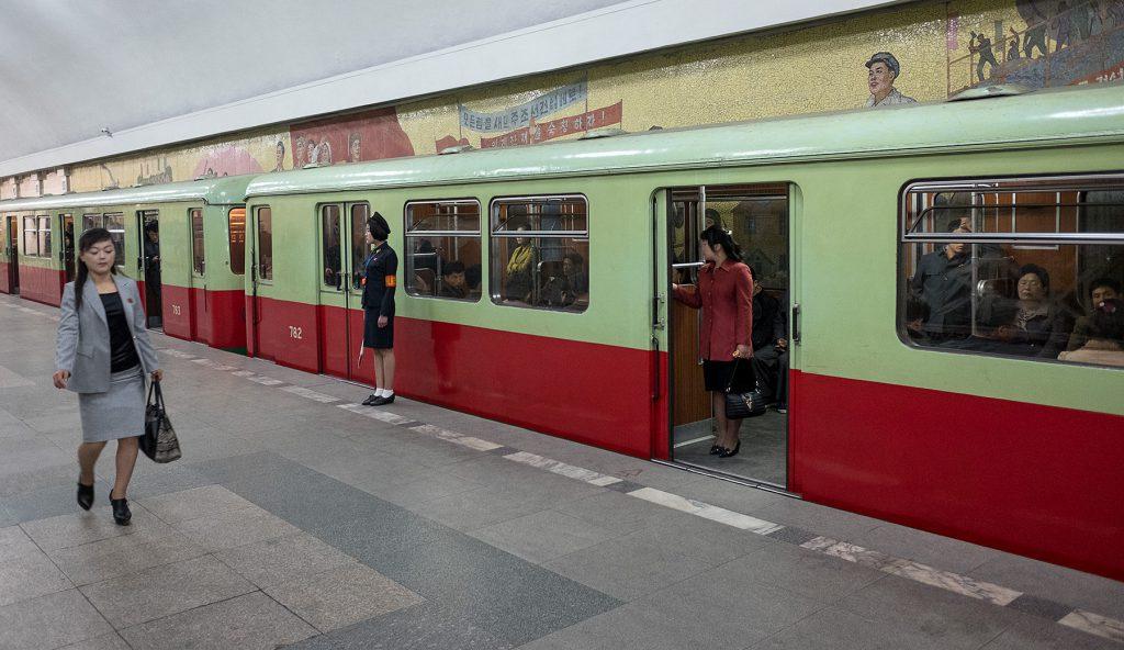 Ein Metro-Zug steht und ist kurz vor dem Schließen der Türen zur Abfahrt.