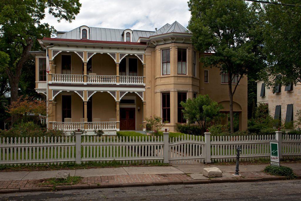 In Texas ließen sich aus Deutschland stammende Siedler*innen prächtige Villen im wilhelminischen bzw. viktorianischen Stil entlang der König Wilhelm Street bauen., San Antonio: König Wilhelm