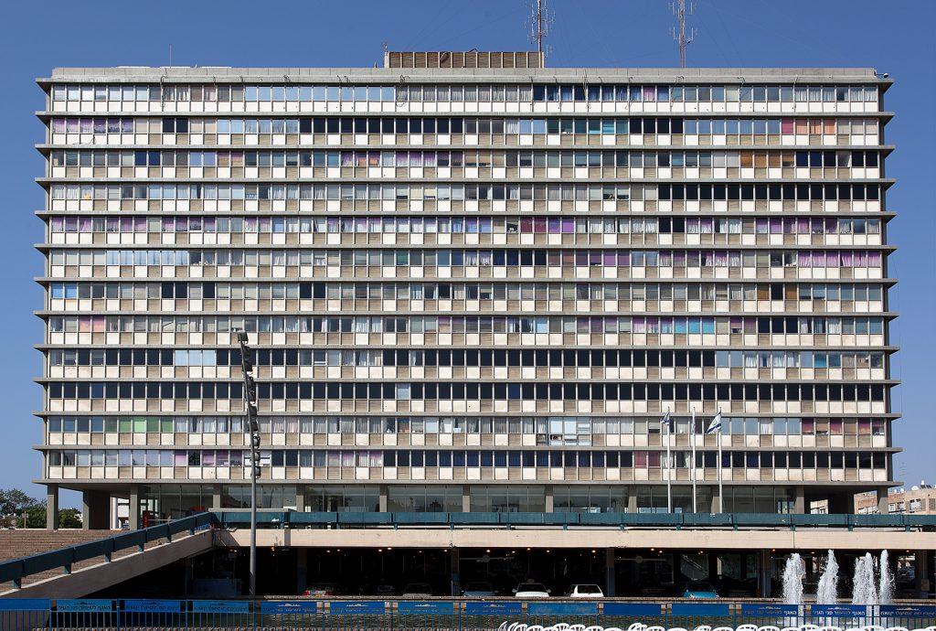 Großes Wohn- oder Geschätshaus im internationalen Stil. Die Fassade besteht fast nur aus Fenstern.