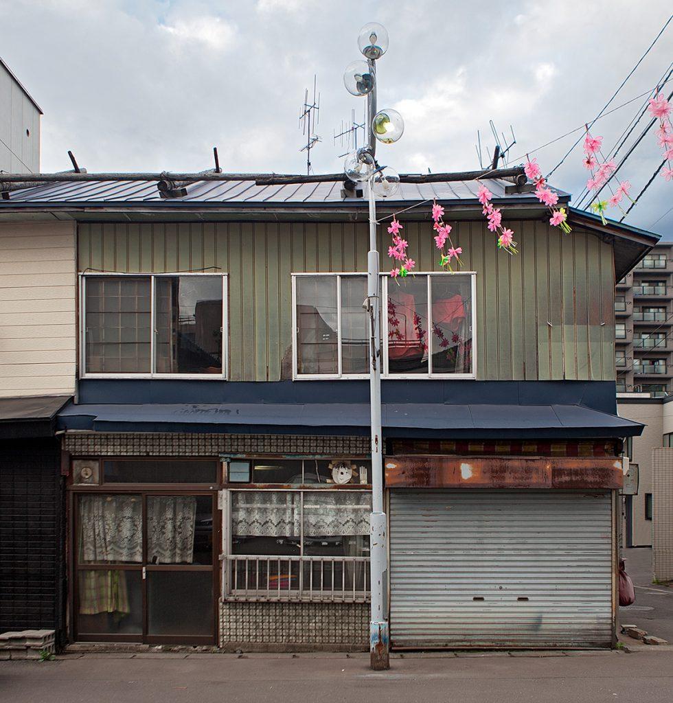 Haus mit Kuststoff- und Wellblechverkleidung