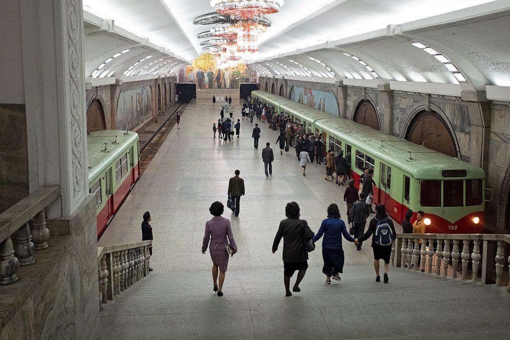 Metro in der Demokratische Republik Nordkorea, erbaut 1973 ihre Metro, Pjöngjang: U-Bahn Fahrt