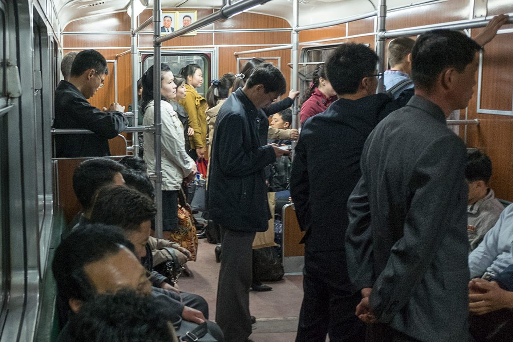 Im Metro Zug stehen und sitzen Fahrgäste.
