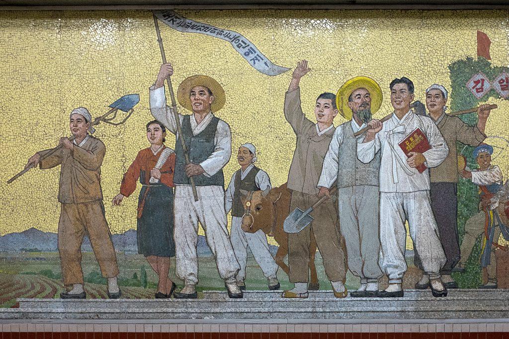 Ein Mosaikbild mit einer Gruppe Menschen.
