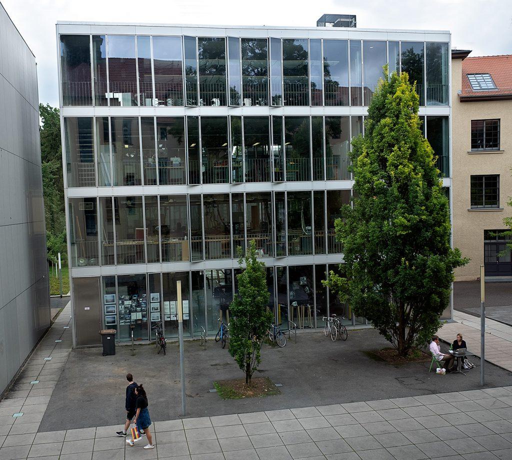 Ein modernes Haus mit Glasfassade und metallischen Stegen.
