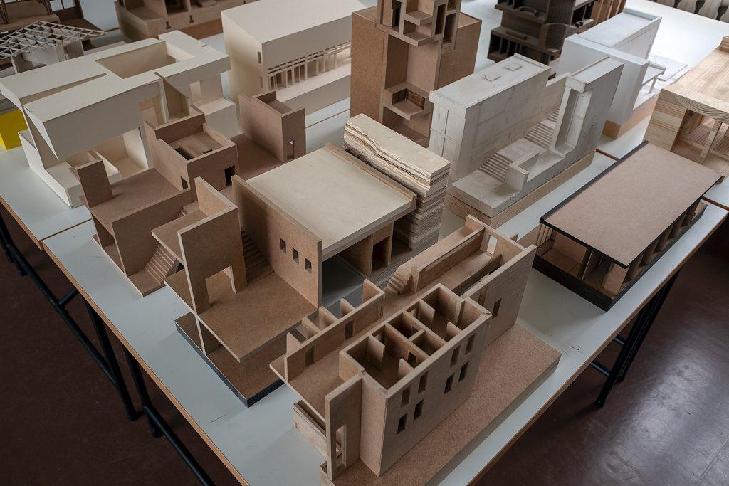 Blick von schräg oben auf mehrere Architekturmodelle im Stil der klassischen Moderne.