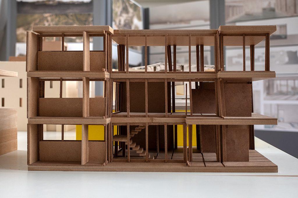 Ein Architekturmodell im Stil der klassischen Moderne.