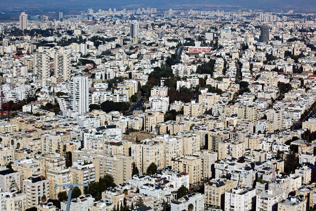 Blick über Tel Aviv mit mehrgeschossigen Wohnhäusern im Stil der internationalen Moderne.