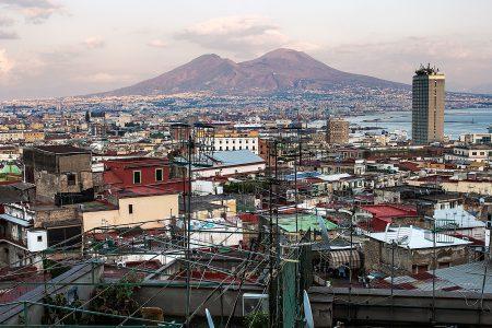 Blick über Neapel mit dem Vesuv im Hintergrund