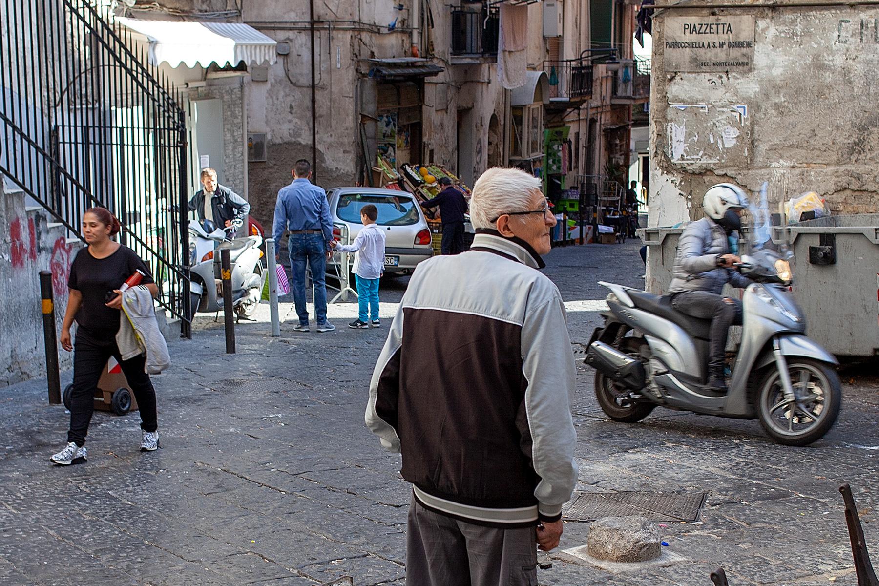 Straßensezene mit Menschen und Motorroller