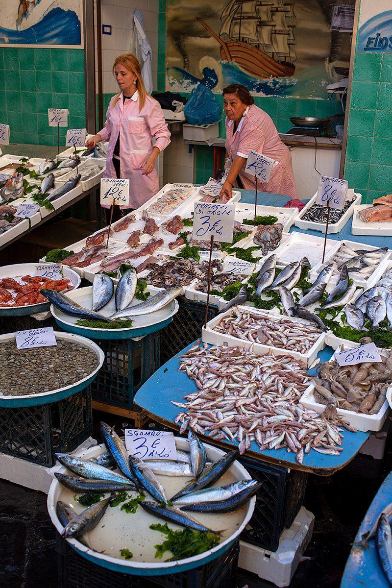 Fischstand mit zwei Verkäuferinnen