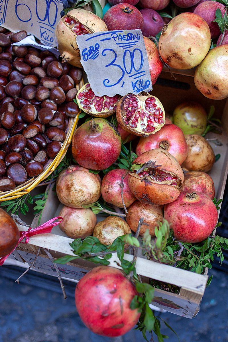 Oststand mit Granatäpfeln