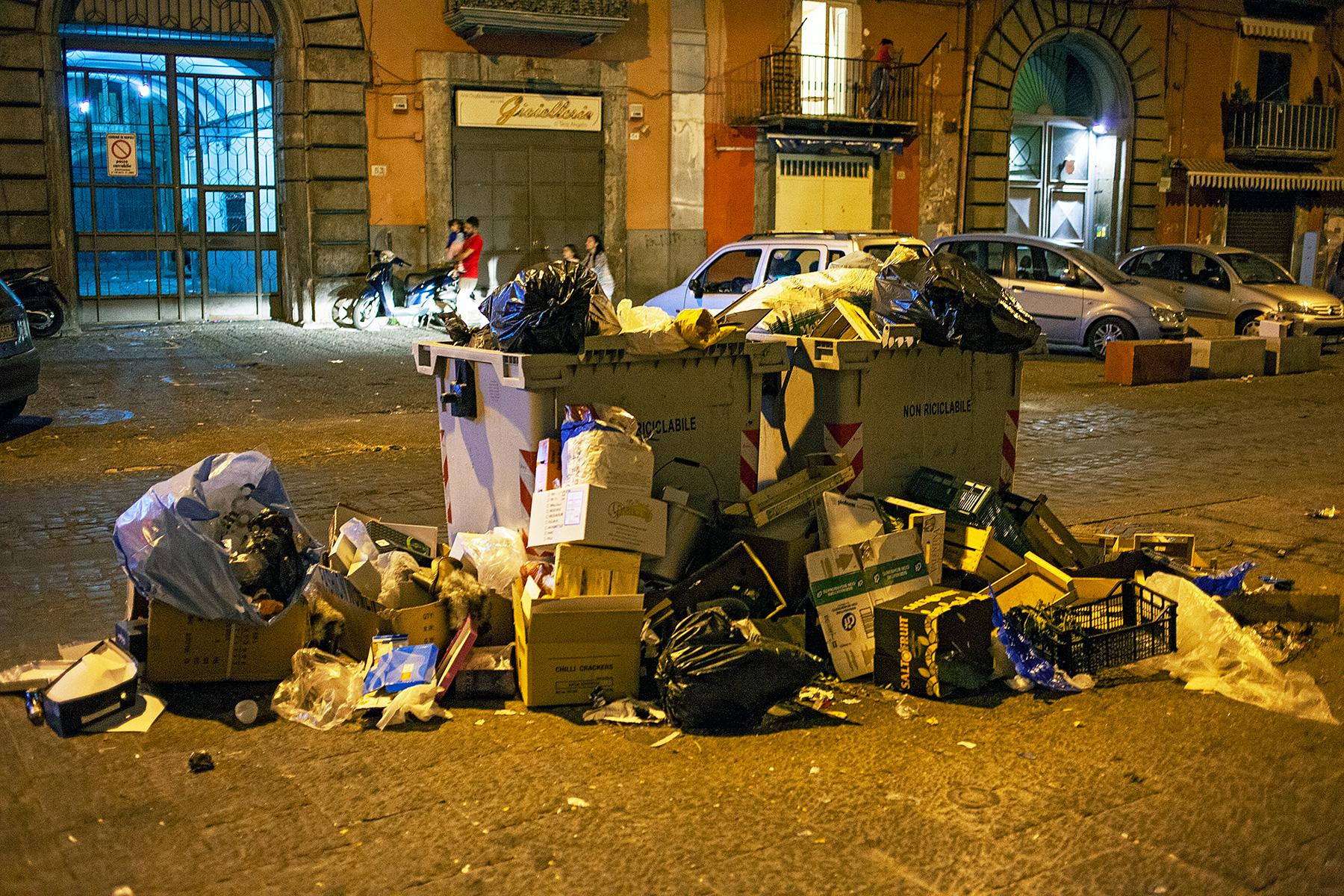 Behälter mit überquellendem Abfall