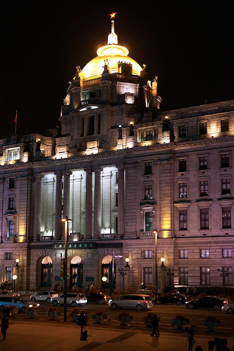 Klassizistisches Gebäude am Abend