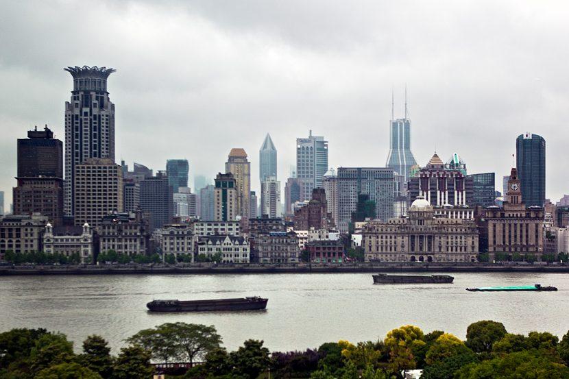 Blich über einen Fluss auf Shanghai