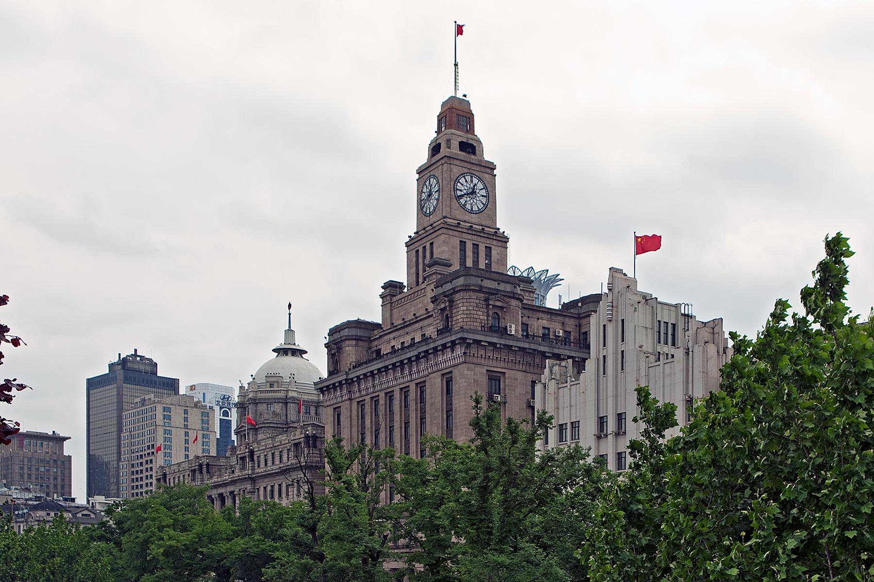 Klassizistisches Gebäude mit Uhrenturm