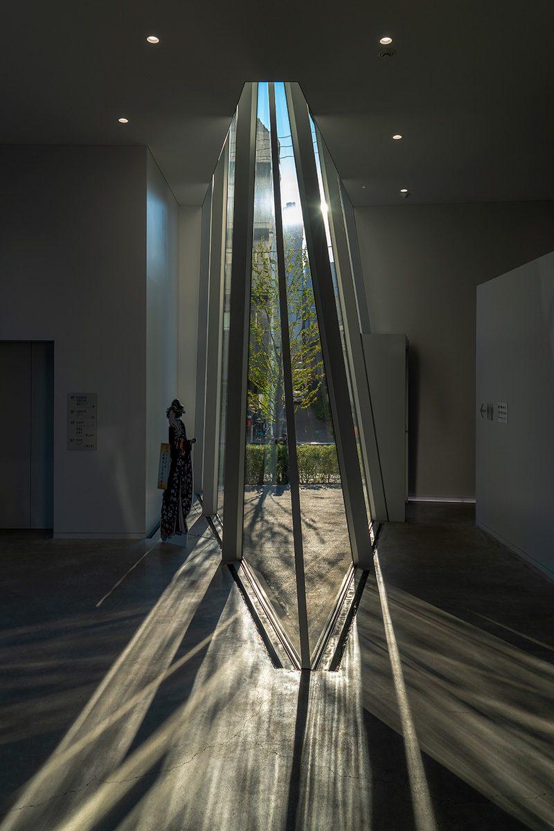 Blick von innen durch ein Glaselement nach außen von Sonne durchschienen