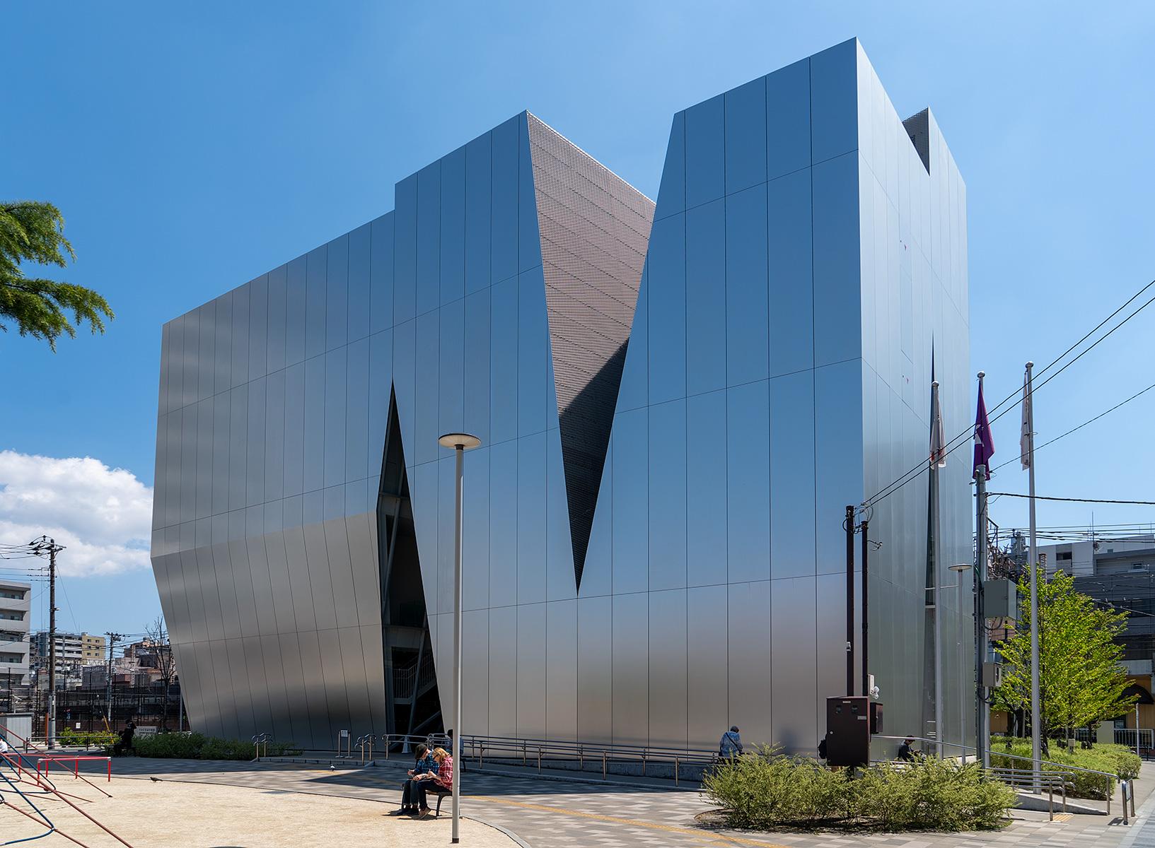 Museumsbau mit dem davor liegenden Platz