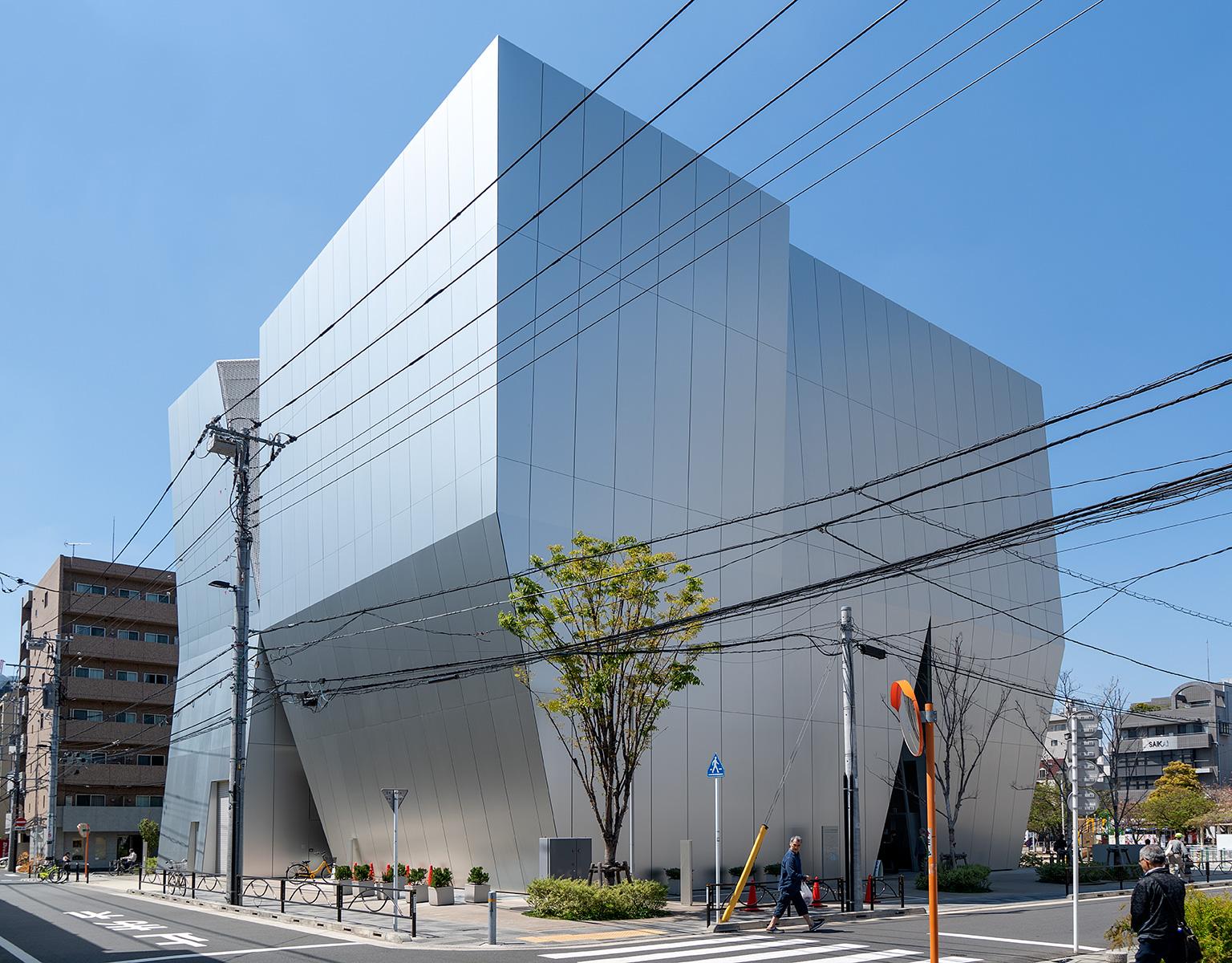 Museumsbau von der Straße gesehen