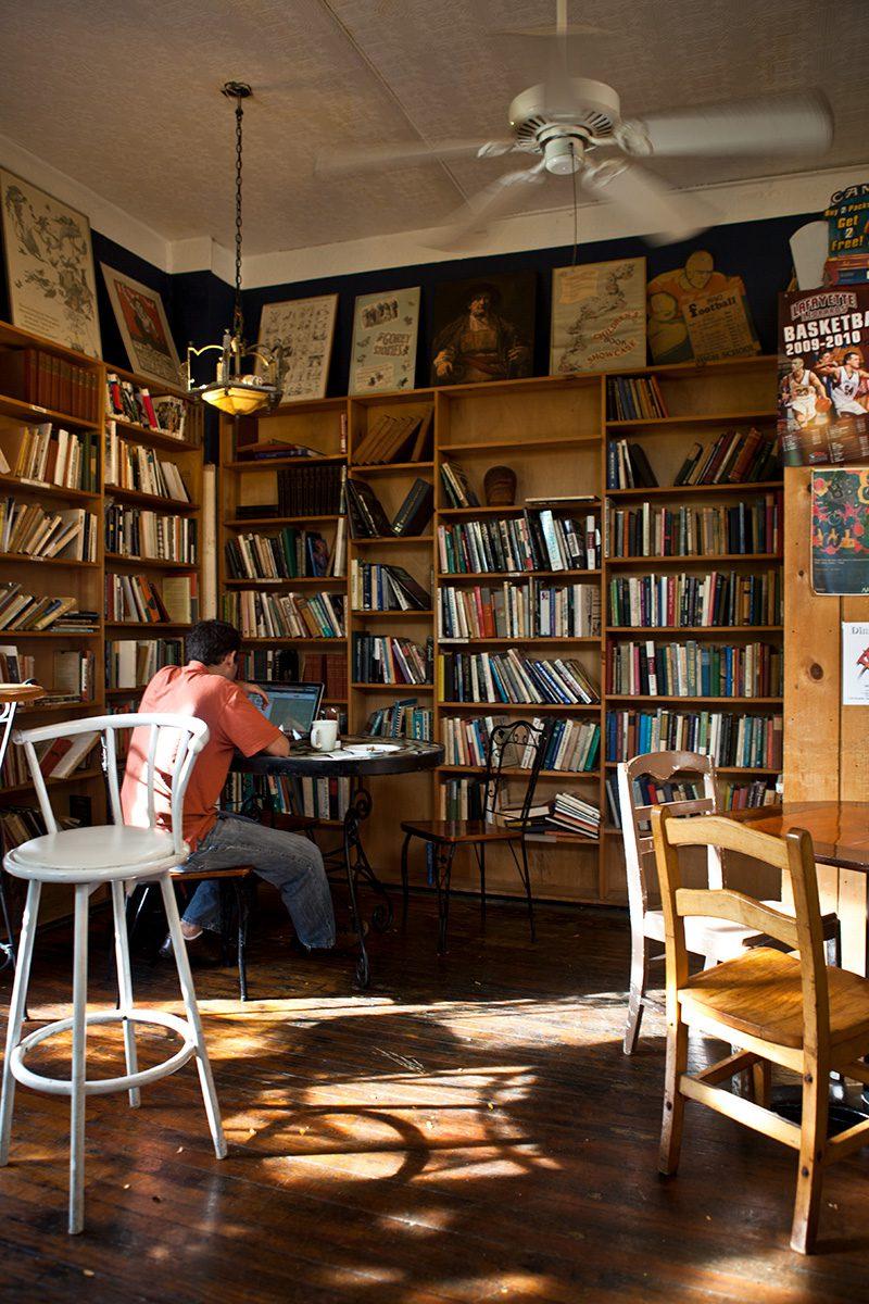 Cafe mit Bücheregal