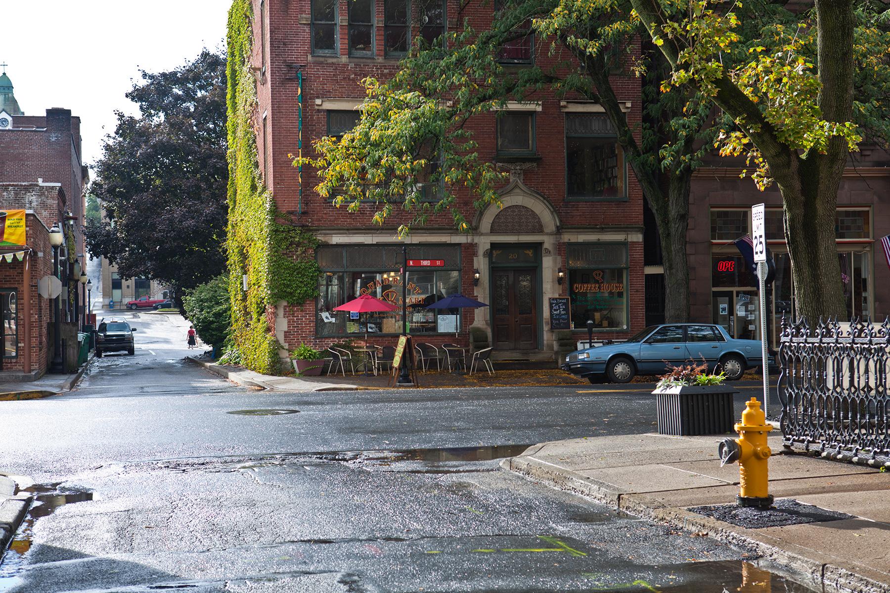 Straßenkreuzung mit Cafe