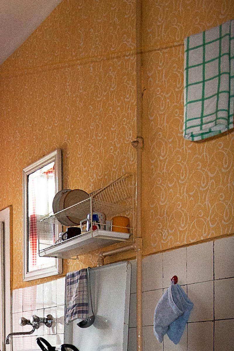 Küchenwand mit gerollten Strukturmustern auf farbiger Wand