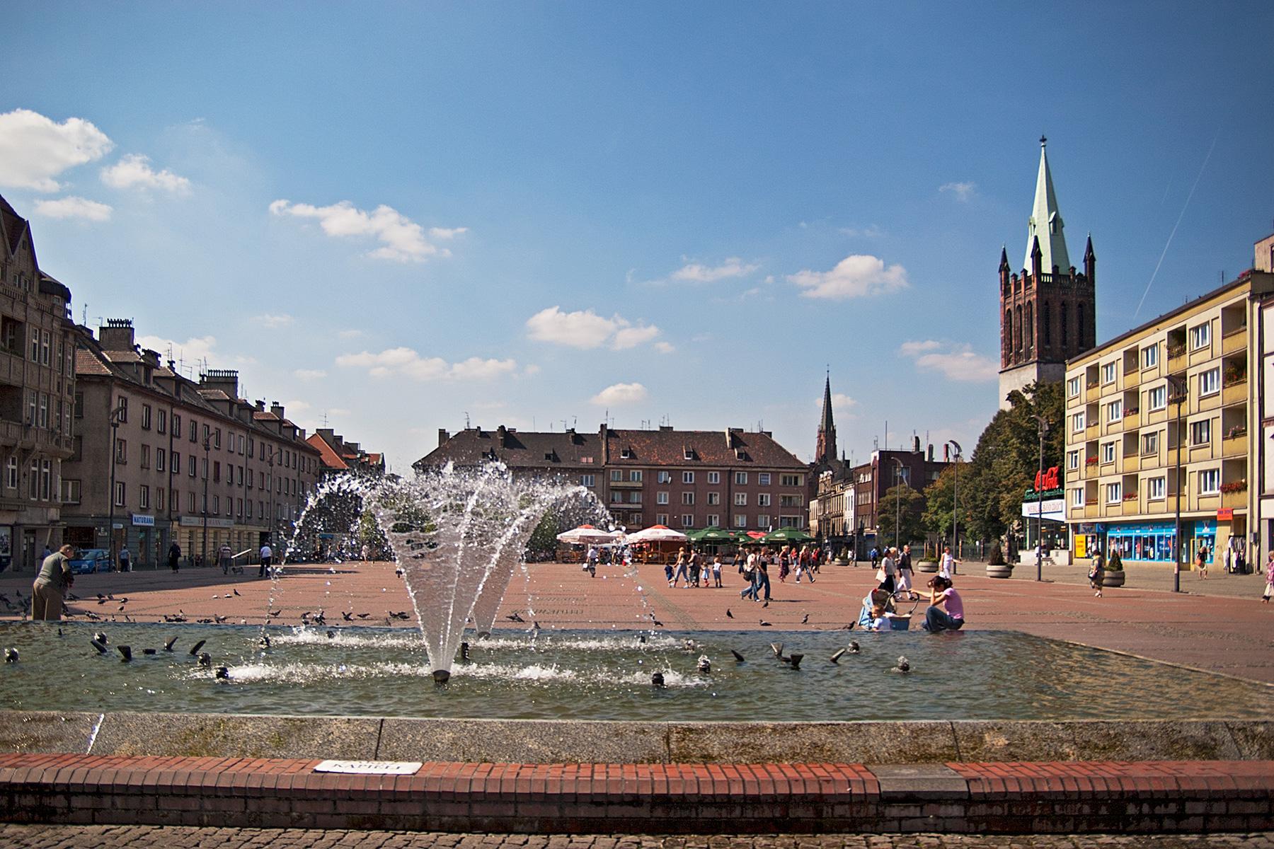 Marktplatz mit Springbrunnen und Kirchen
