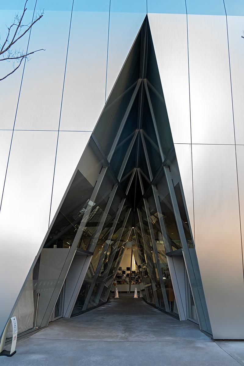 Dreieckiger Einschnitt als Eingangstor