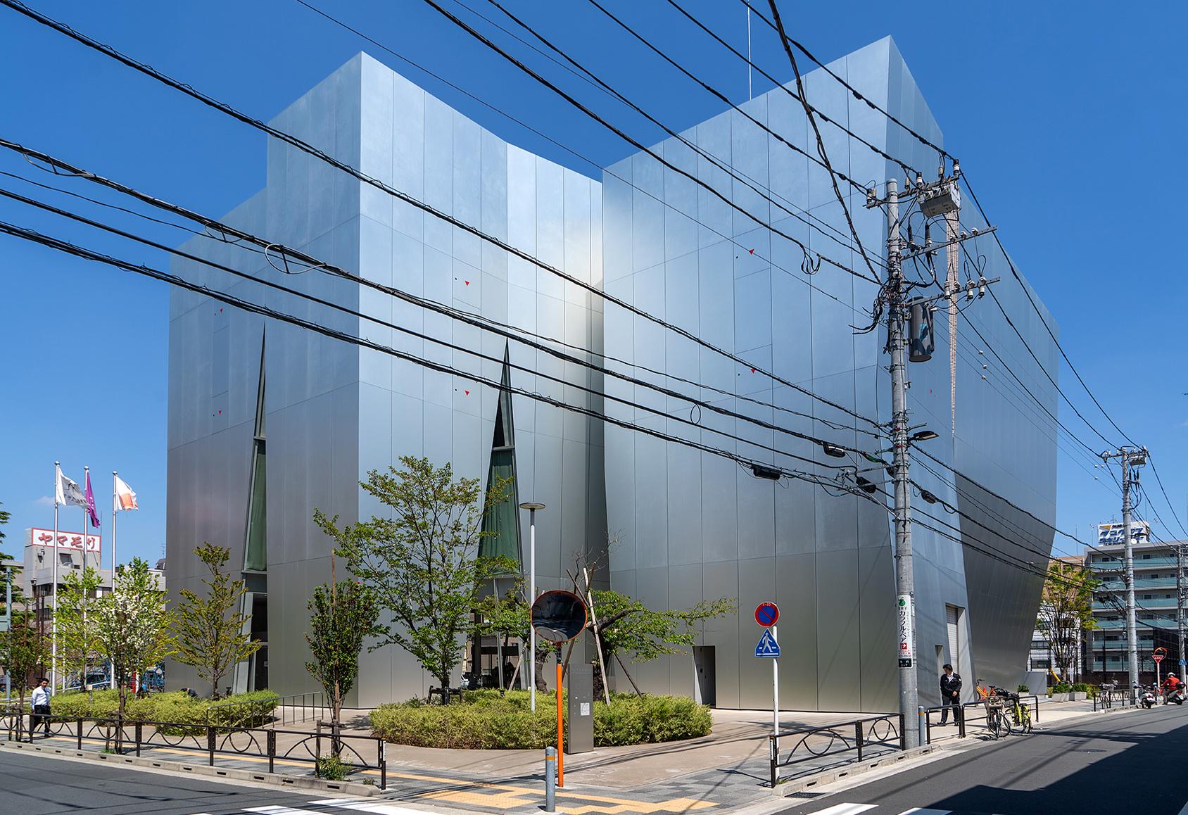 Der Museumsbau mit davor hängenden Stromleitungen