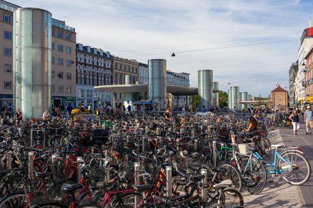 Platz mit sehr vielen Fahrrädern