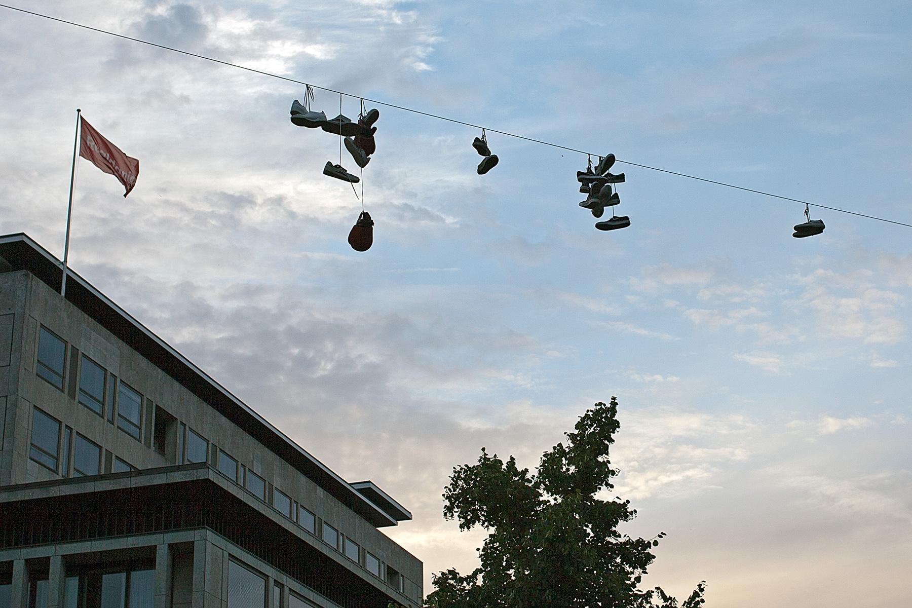 Schuhe die über ein Seil hängen