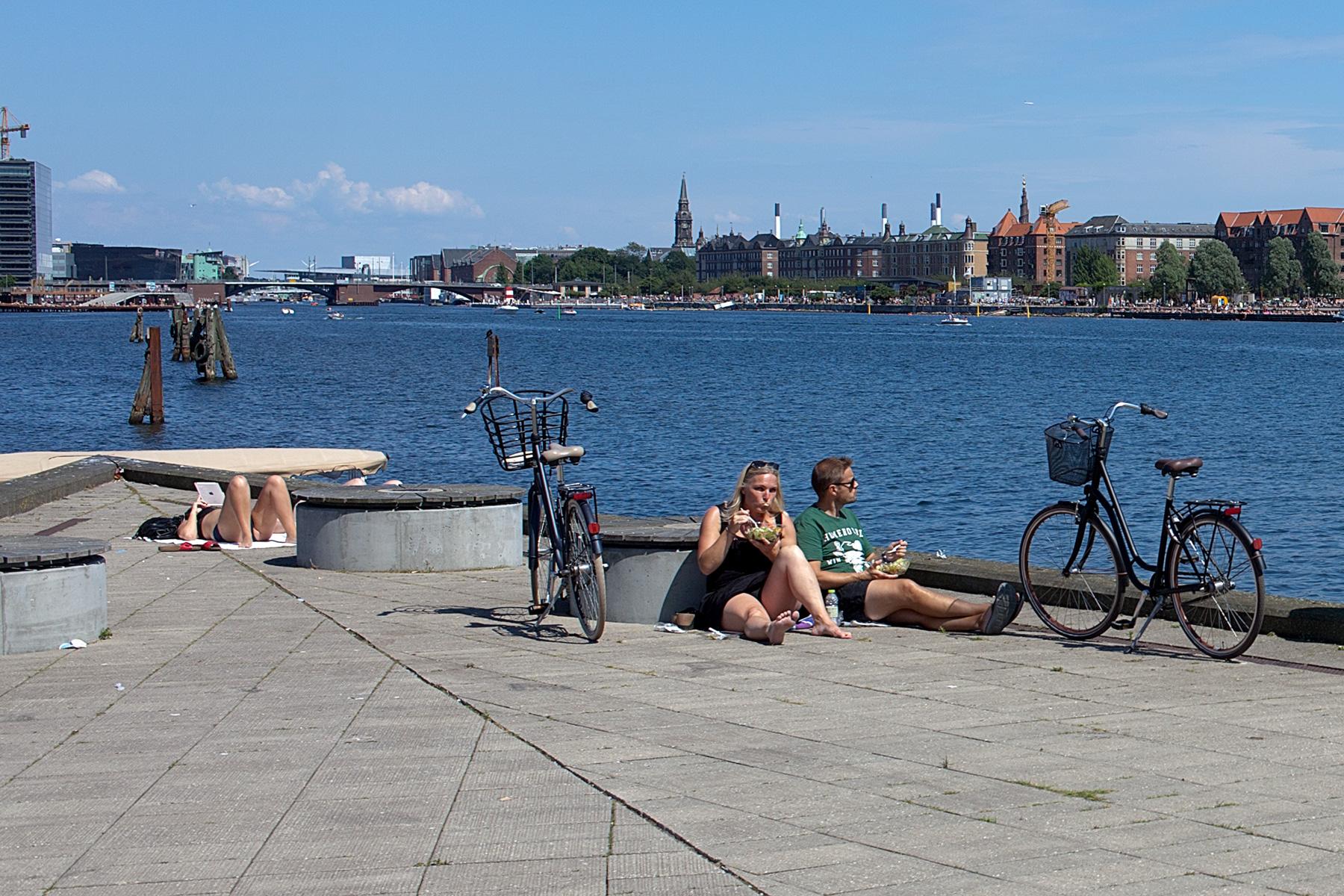 Fahrradfahrer machen Pause am Fluss