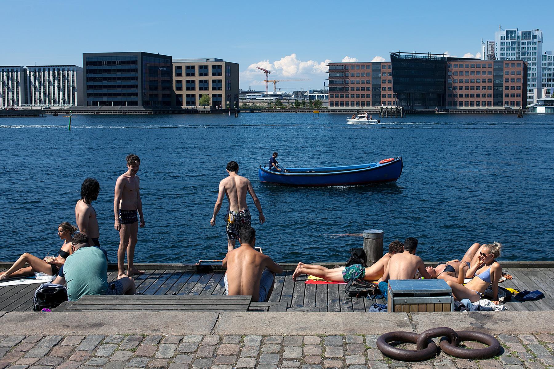 Gruppe sonnt sich am Fluss