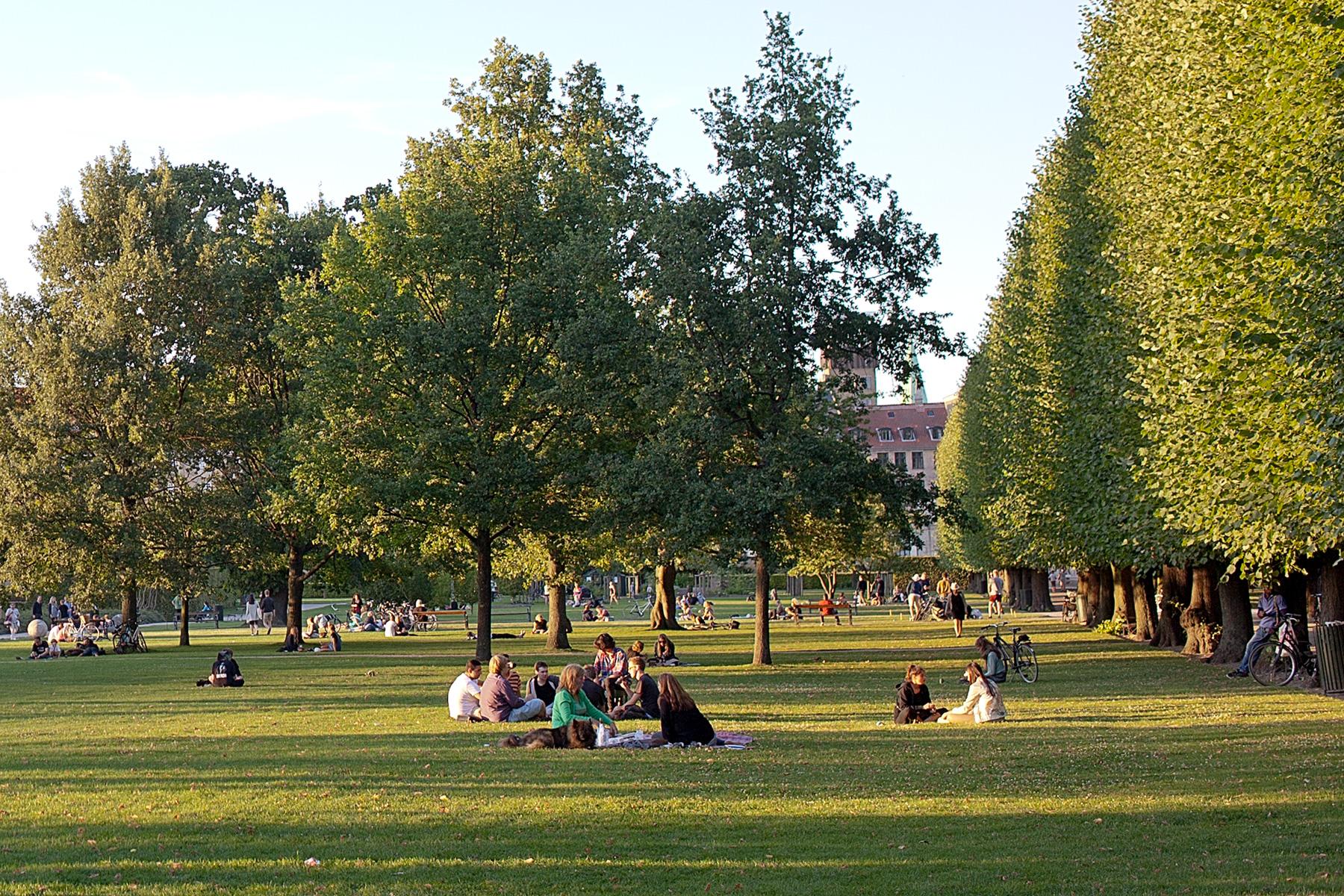 Leute sitzen im Park