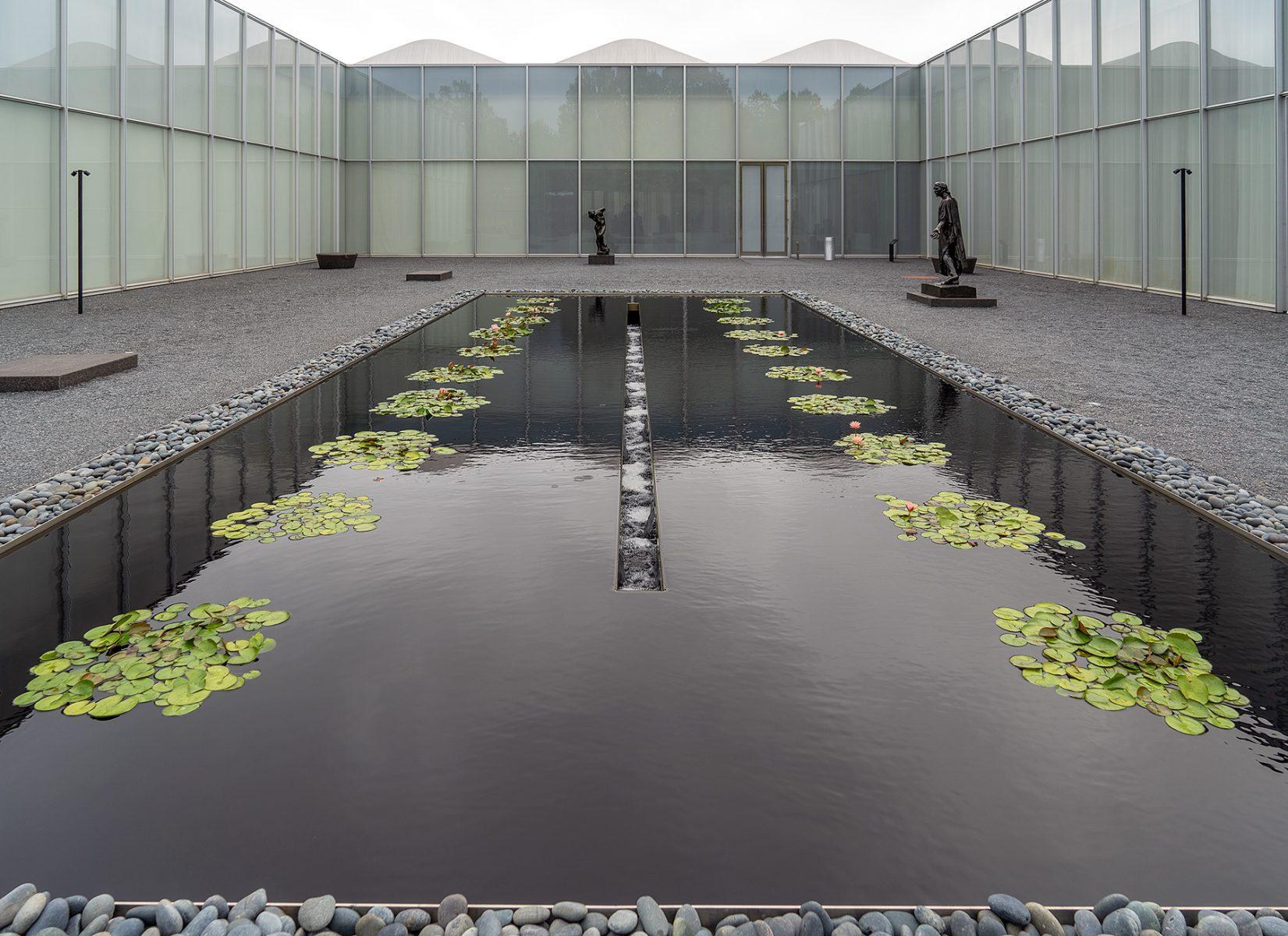 Museumsgarten mit Wasserbassin und Skulpturen vor Raleigh Art Museum