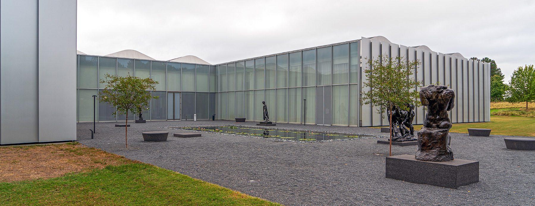 Museumsgebäude mit Garten und Skulpturen im Raleigh Art Museum