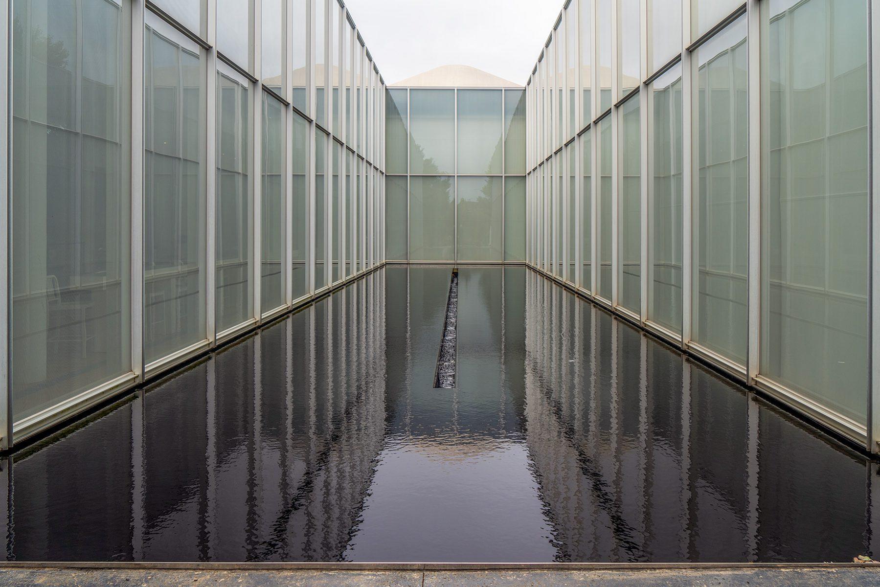 Bassin mit Wasser zwischen Museumswänden im Raleigh Art Museum