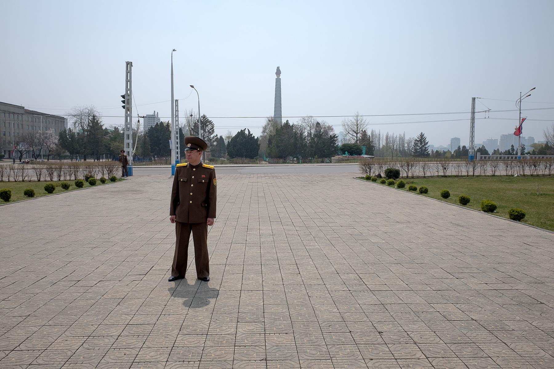 Ein Militär steht auf dem Fußweg