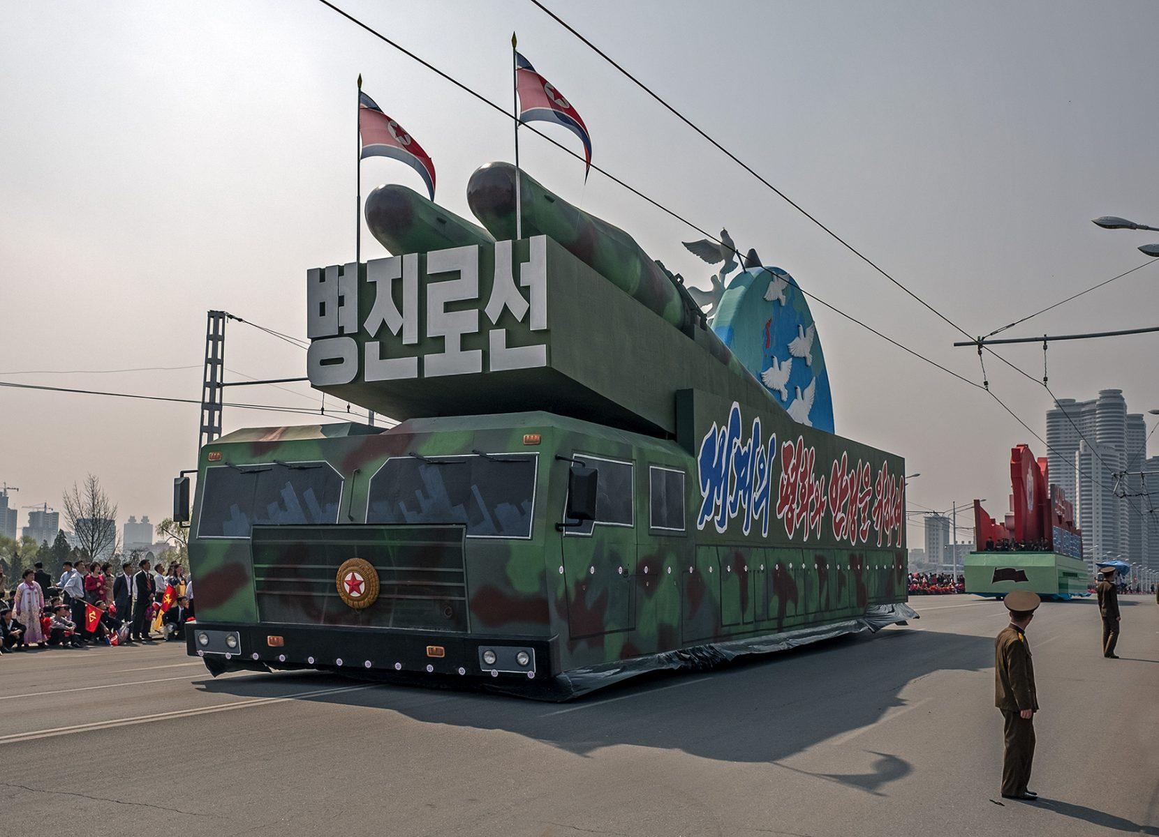 Paradewagen mit Aufbauten in Pjöngjang, Nordkorea