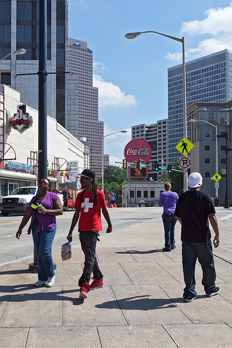 Menschen gehen auf dem Fußweg
