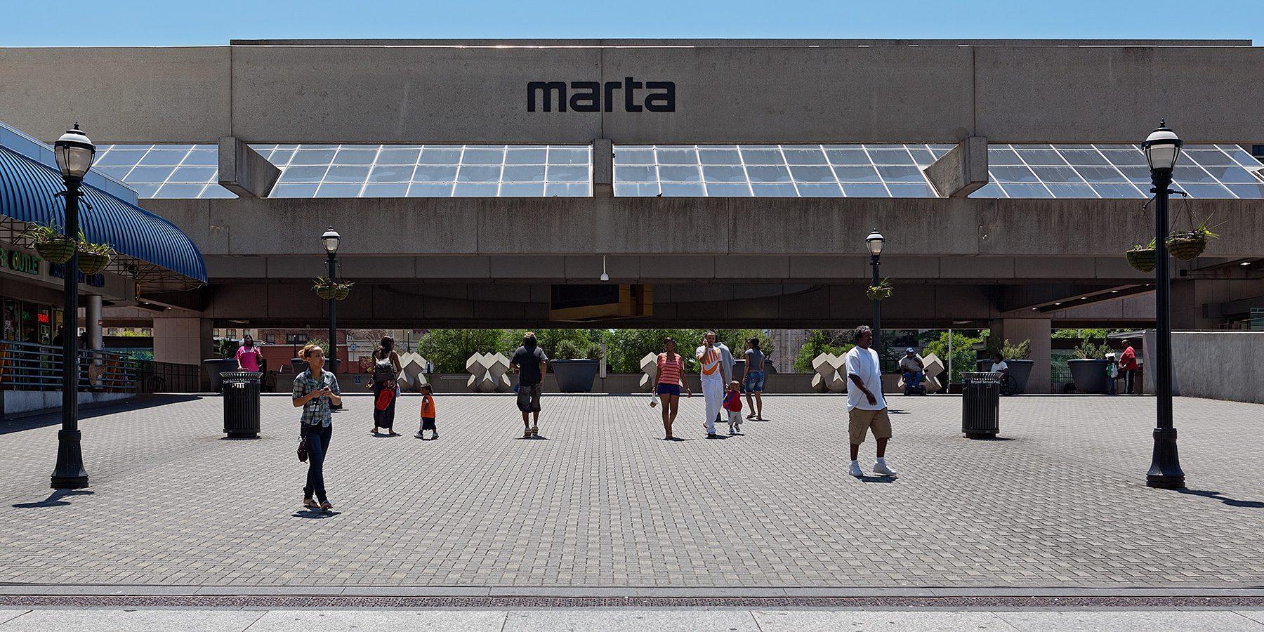 Menschen kommen von der U-Bahn Station