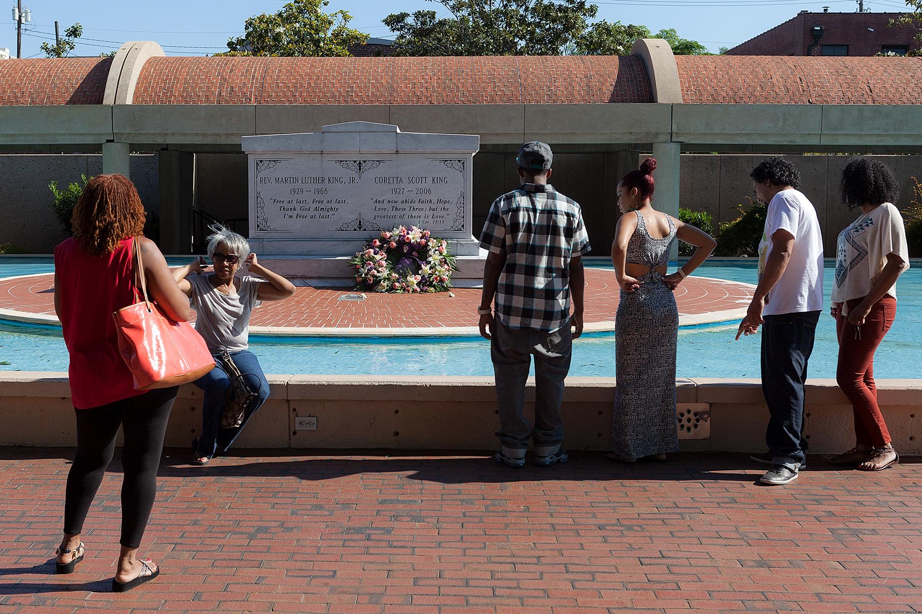 Gruppe non Menschen vor dem Grab von Martin Kuther King