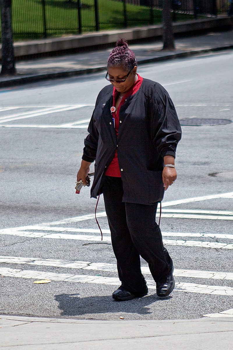 Frau geht über die Straße