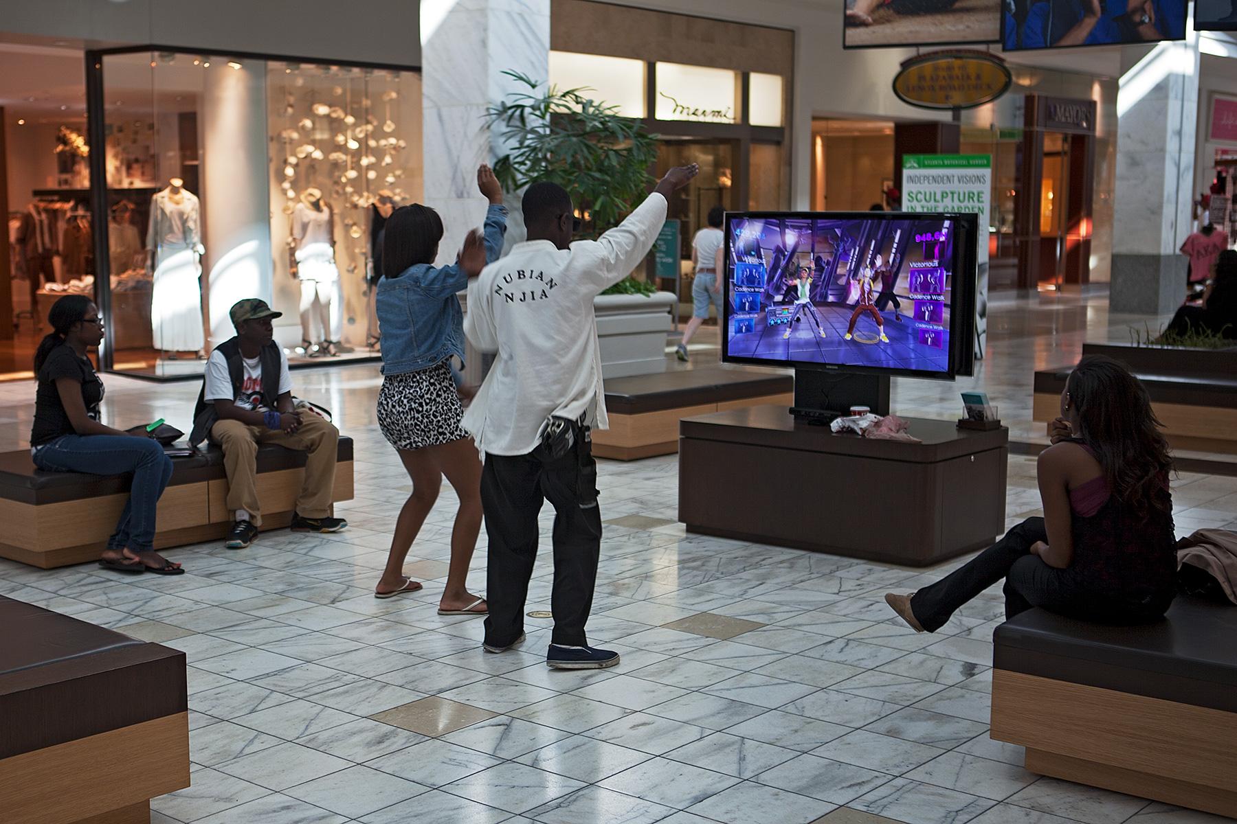 Jugendliche tanzen in einem Einkaufzentrum