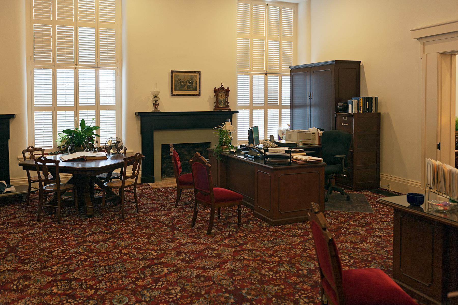 Büro mit alten Schreibtischen