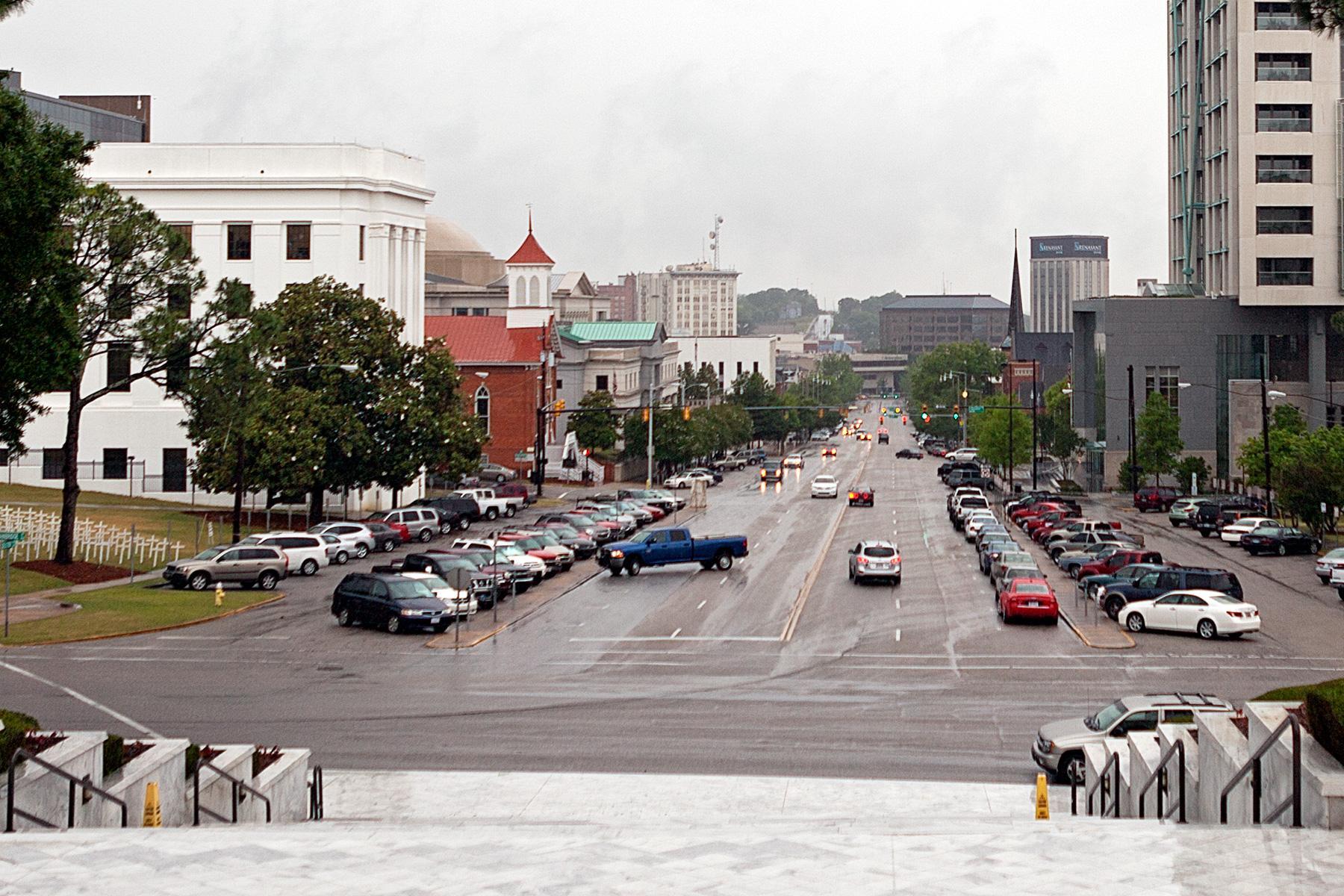 Straße mit Autos im Regen